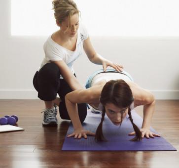 Therapeut mit Patient beim Training
